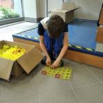Chłopiec wskupieniu buduje zklocków konstrukcyjnych figurę geometryczną.